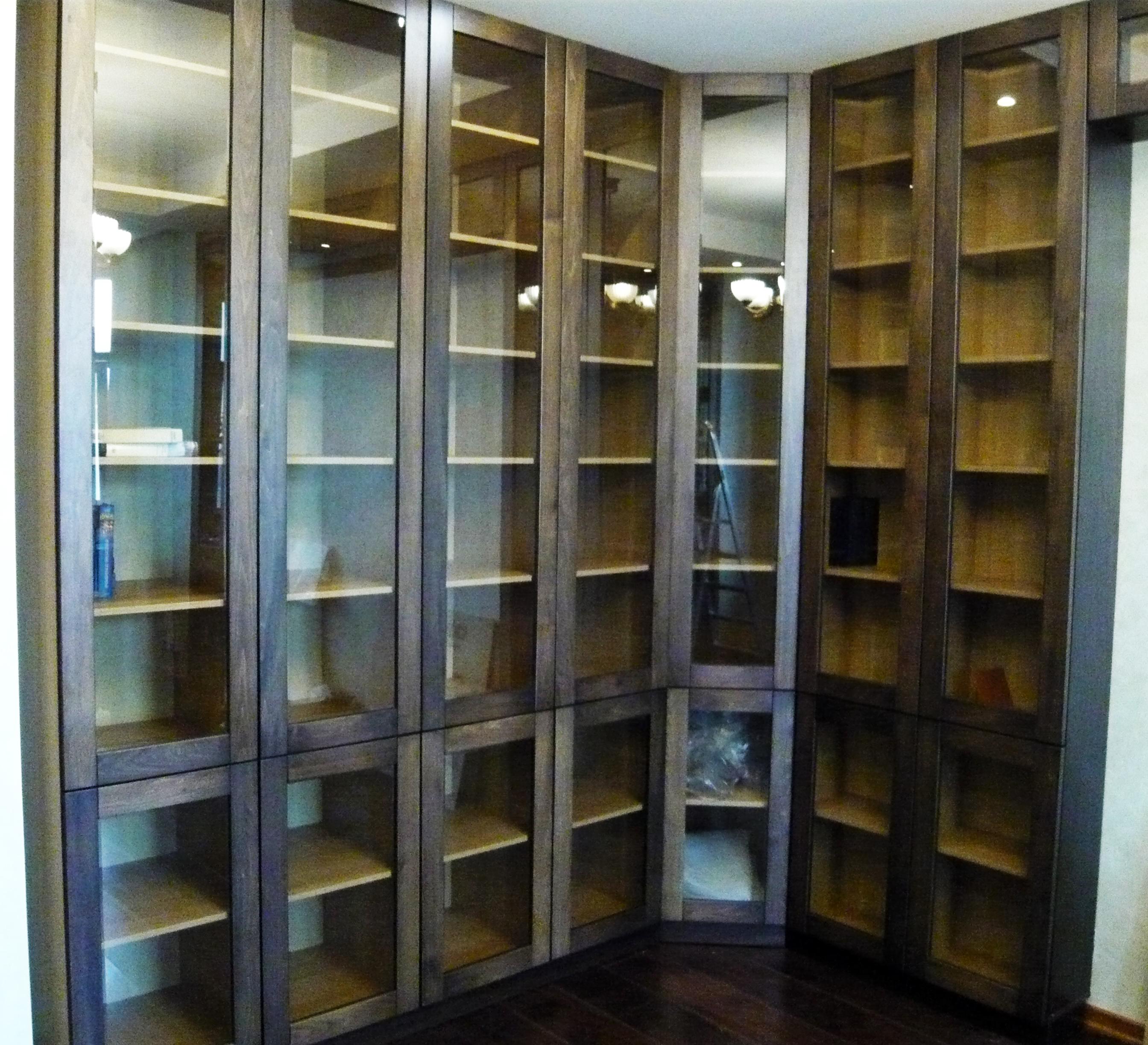 Книжный шкаф из дерева.